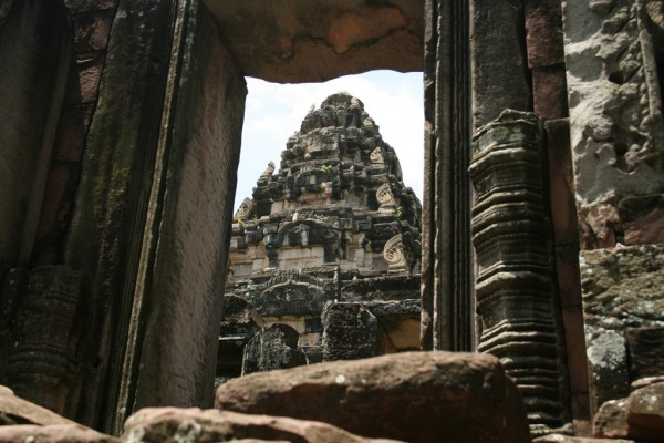 Phimai tower laughlin/Flickr